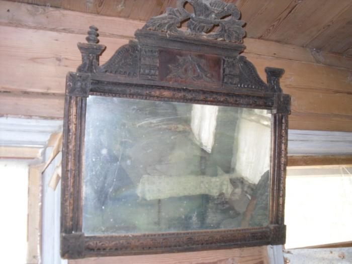 Вешать зеркала в спальне не рекомендовалось. /Фото: girandole.ru
