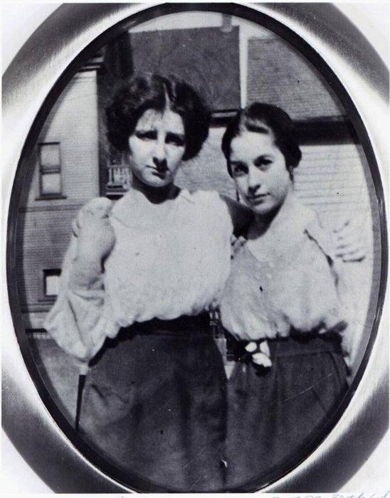 Голда Мабович с подругой Сэди Гершон, Милуоки, 1914 г./Фото: img-fotki.yandex.ru