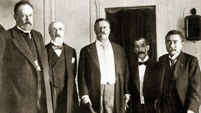 Миротворцы граф де Витте, барон Розен, президент Теодор Рузвельт, барон Комура и М. Такахира. 1905 год. /Фото: img.tsargrad.tv