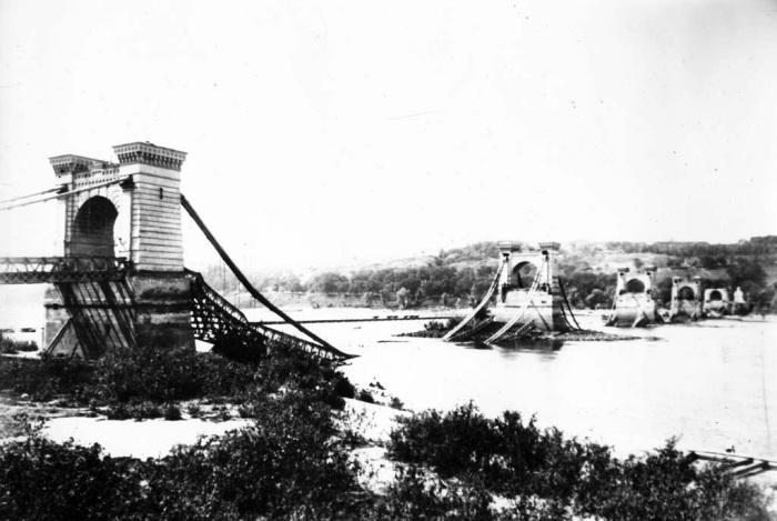 Отступая, поляки взорвали Николаевский цепной мост. /Фото: s004.radikal.ru