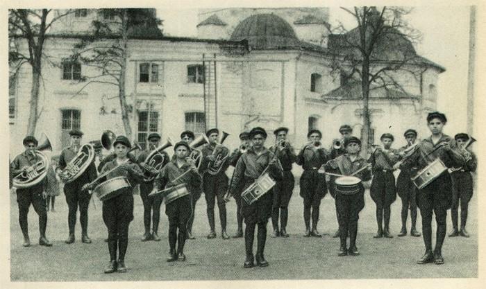 Оркестр в коммуне Макаренко. /Фото: sobory.ru
