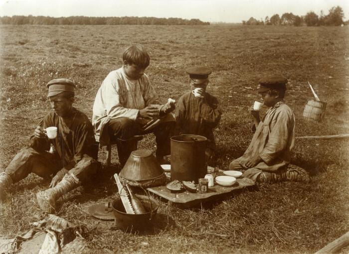 Чай пили и в перерывах между полевыми работами. /Фото: i.pinimg.com