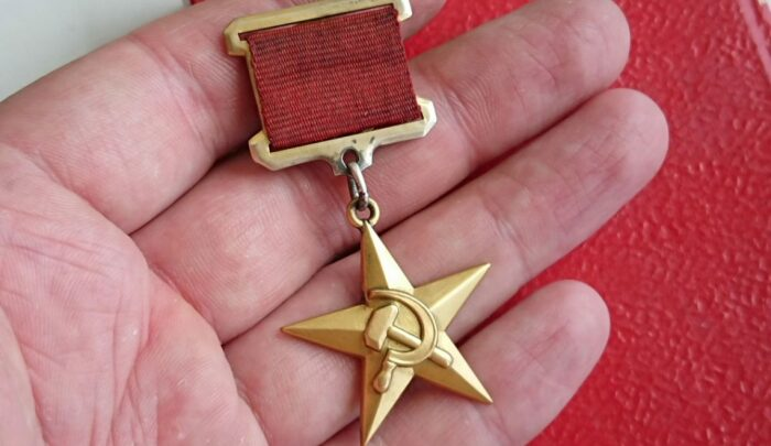 Звезда Героя социалистического труда помогала аферисту проворачивать свои дела. /Фото: msk.kprf.ru