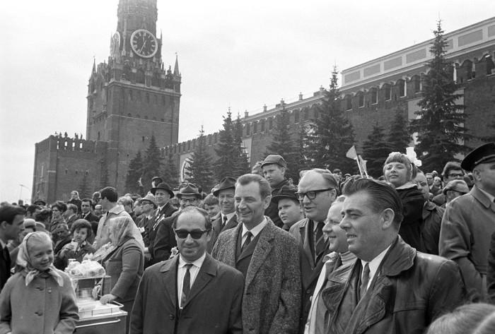 Иностранные туристы во время демонстрации на Красной площади./Фото: cdni.rbth.com