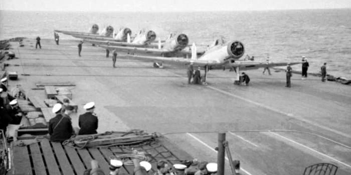 «Блекбёрн Скьюа» Королевских ВВС на палубе «Арк Ройяла»./Фото: warhead.su