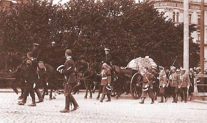 Траурная процессия с телом Бобрикова перед Успенским собором в Хельсинки. /Фото: lh4.googleusercontent.com