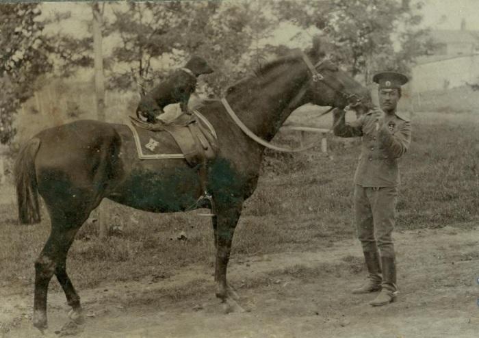 Валентин стал военным, пойдя по стопам отца.  /Фото: kekc.news