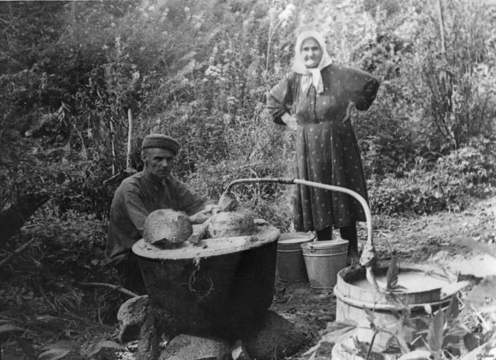 На смену самодельным самогонным аппаратам пришли фабричные, некоторые носят название Магарыч. /Фото: i.pinimg.com