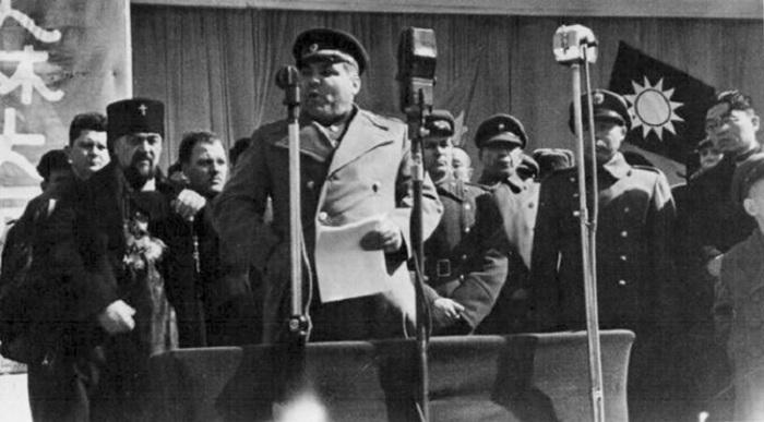 Советский маршал Малиновский выступает перед харбинцами./Фото: cdn.net
