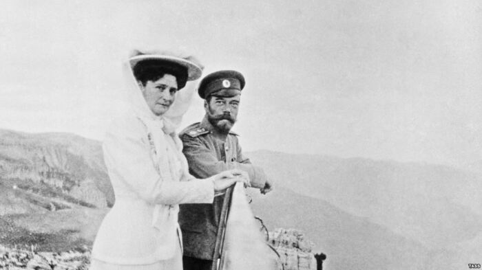 Николай II с императрицей на Ай-Петри. /Фото: moiarussia.ru