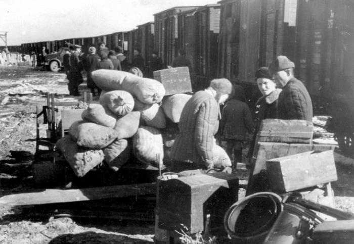 Традиционно депортируемые везли с собой личные вещи и мелкий инвентарь. /Фото: school38.org