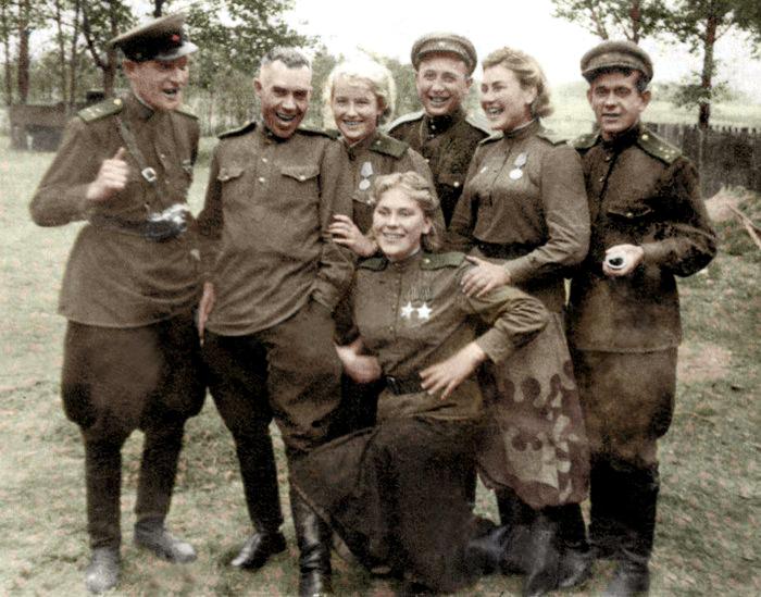 Шанина (внизу) с фронтовиками. /Фото: imageup.ru