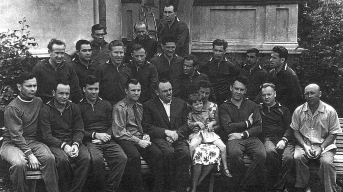 Первые советские космонавты и Королёв./Фото: i5.walmartimages.com