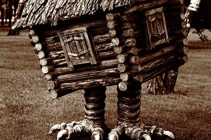 Избушка на курьих ножках — самая древняя моровая изба. /Фото: privolgsk.cerkov.ru