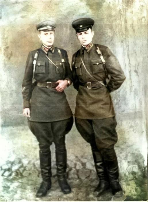 Лейтенант Василий Петров (справа) с сослуживцем. 1941 г. /Фото: avatars.mds.yandex.net