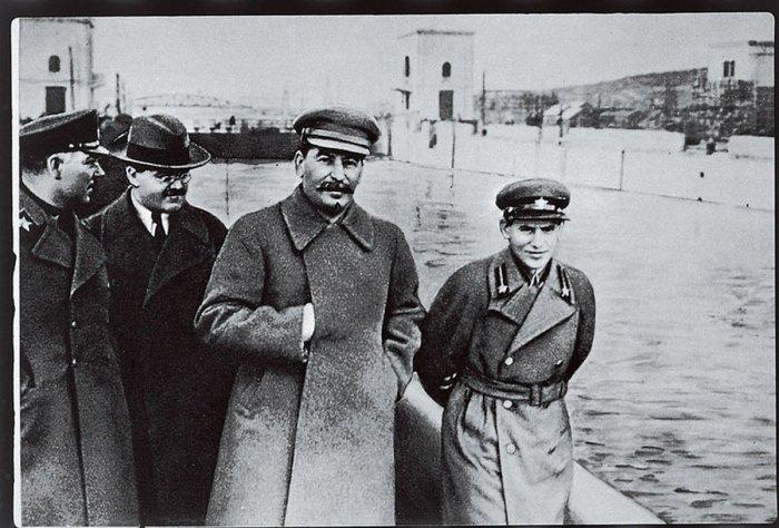 Ежов даже в сравнении с невысоким Сталиным (172 см) выглядел карликом – 1 метр 51 см. /Фото: pbs.twimg.com