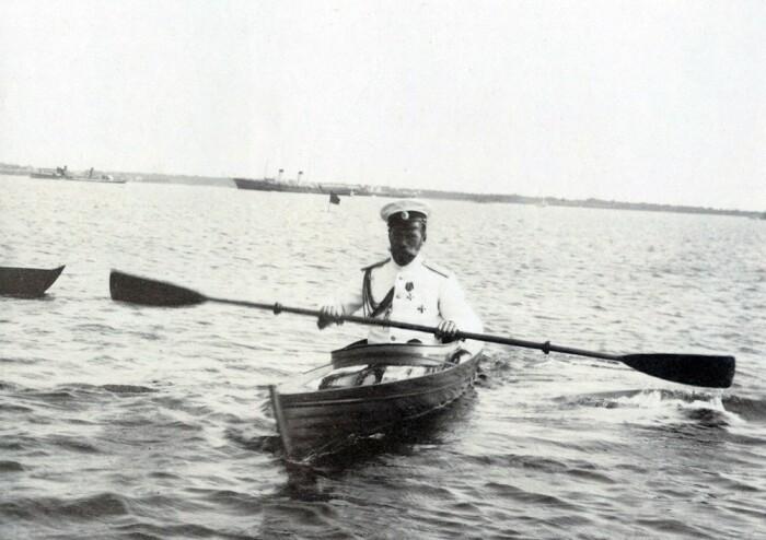 Николай II на водной прогулке. /Фото: hramstrastoterpcy.ru