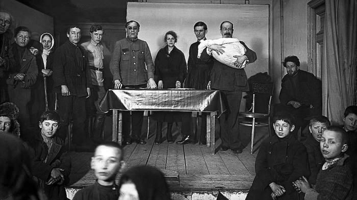 Октябрины и революционные крестные. /Фото: im.kommersant.ru