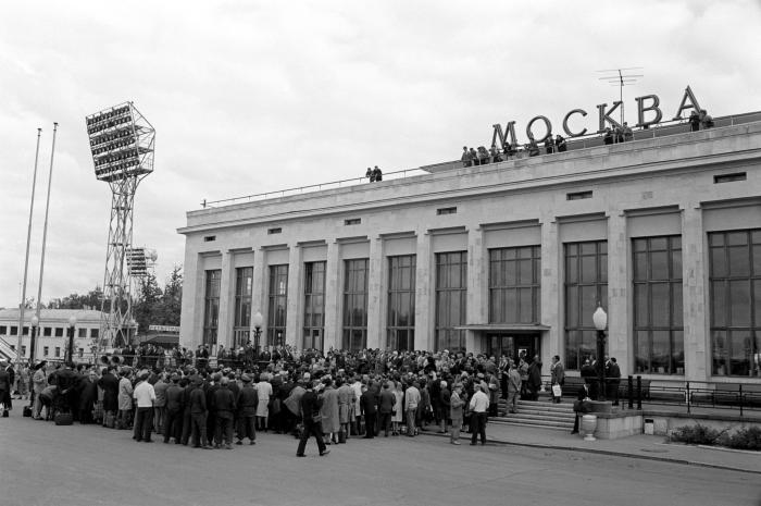 Люди у аэропорта прибыли приветствовать артистов Театра Ла Скала, прилетевших в Москву на гастроли./Фото: ic.pics.livejournal.com