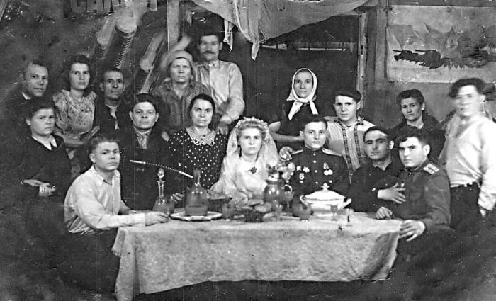 После войны люди жили бедно, потому молодые часто ограничивались регистрацией в ЗАГСе. /Фото: 187011.selcdn.ru