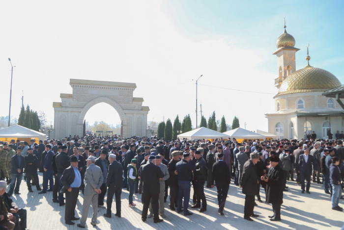 Жители Ингушетии у мемориала памяти жертв трагедии осени 1992 года./Фото: angusht.org