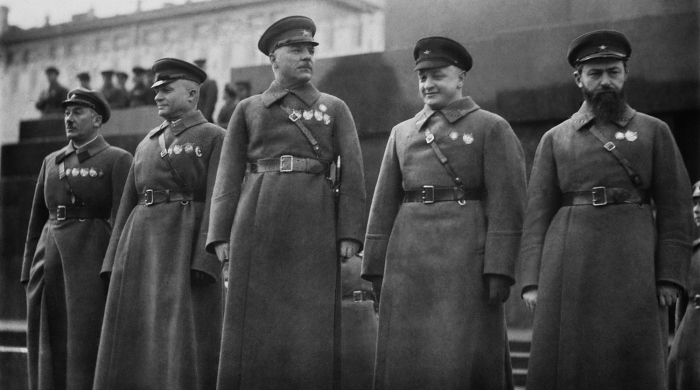 Ворошилов (в центре) и его заместитель Тухачевский, авторитетно превосходящий начальника. /Фото: img.gazeta.ru