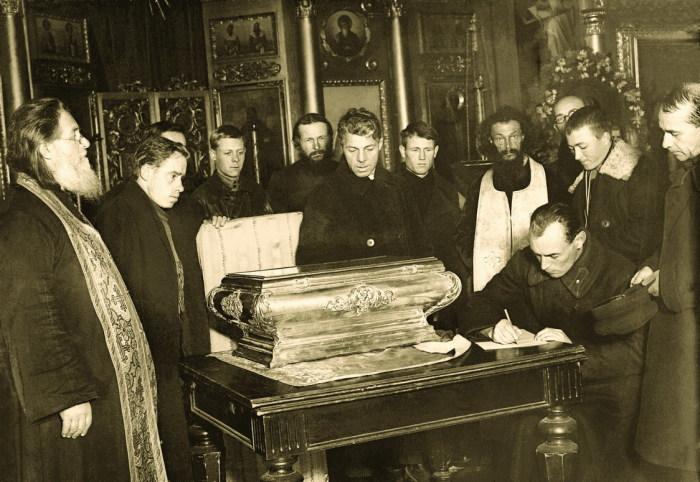 Разъяснения священников слушали неохотно, да и маловато их было, этих разъяснений./Фото: ekaterinburg-eparhia.ru