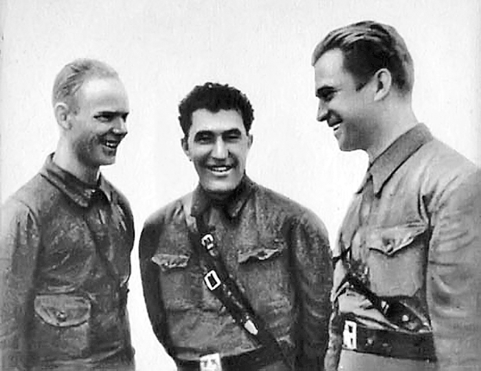 Яков Смушкевич (в центре) в совершенстве владел летным мастерством./Фото: sb.by