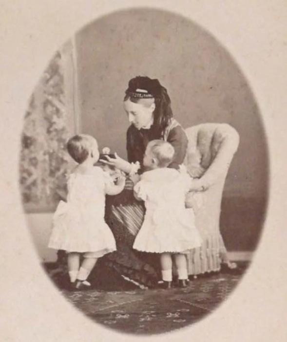 Королева Вюртембергская с внучками.