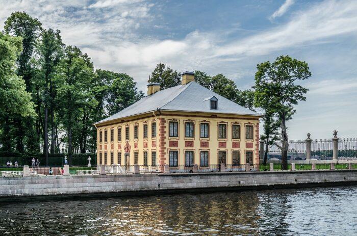 Первый туалет с проточным сливом был построен в Летнем дворце а Санкт-Петербурге. /Фото: ressta.ru