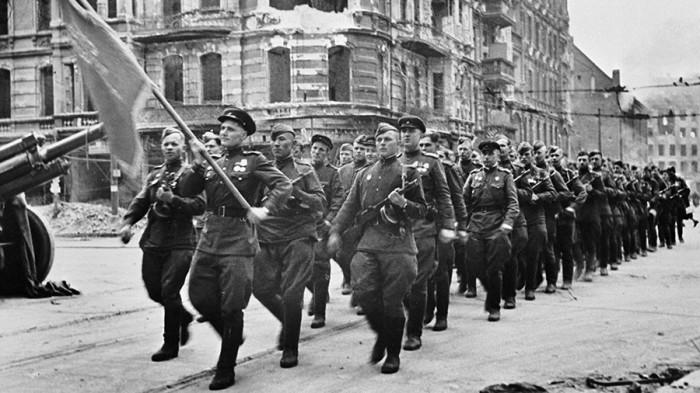 Колонна советских воинов марширует по берлинским улицам во время парада./Фото: cdn.iz.ru