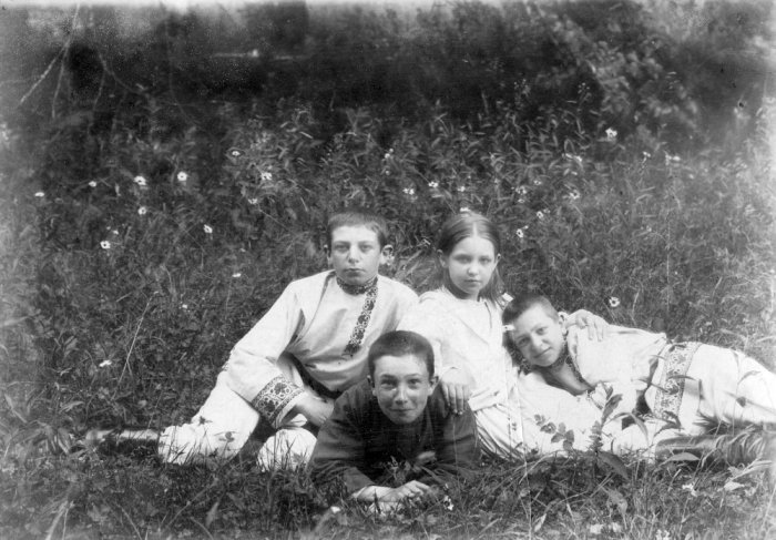 Борис Савинков (на переднем плане) с детьми Беневскими - Михаилом, Марией, Иваном (слева направо). 1895 год./Фото: img.rg.ru