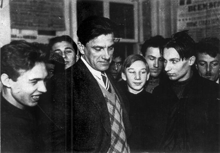 Выставка «20 лет работы» Маяковского была проигнорирована властями и поэтами./Фото: shkolazhizni.ru