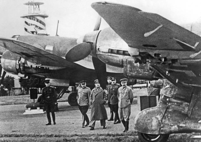 Иосиф Сталин и Георгий Маленков на выставке трофейного немецкого оружия в ЦПКиО. 1943 год./Фото: pics2.pokazuha.ru