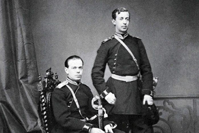 Будущий император Александр III с братом Николаем./Фото: ulpressa.ru