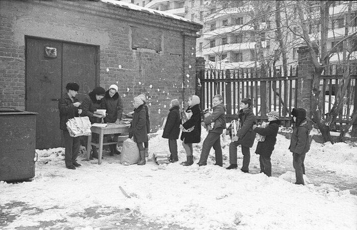 Нередко приемщики макулатуры требовали с учителей «откаты». /Фото: pbs.twimg.com