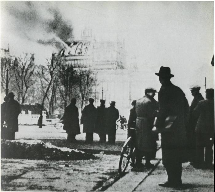 Пожар Рейхстага не могли потушить 1,5 часа, признано, что источников возгорания было несколько./Фото: 3reich.ucoz.org