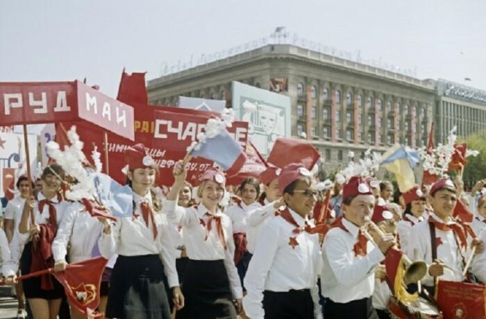 Школьники на демонстрации: «Мир! Труд! Май!». /Фото: cn15.nevsedoma.com.ua