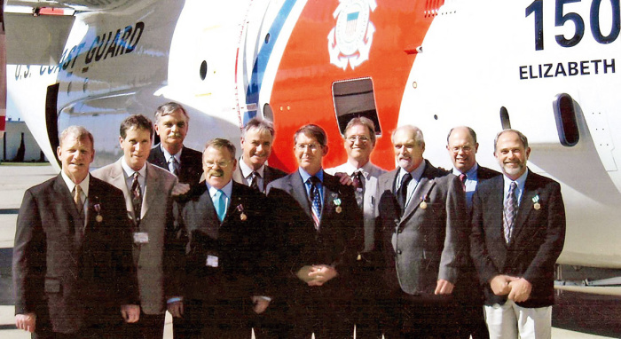 Александр Арбузов (пятый слева) со спасёнными лётчиками в Лас-Вегасе (2004 г.). /Фото: cont.ws