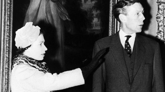 Энтони Блант с королевой Елизаветой II./Фото: media.vanityfair.com