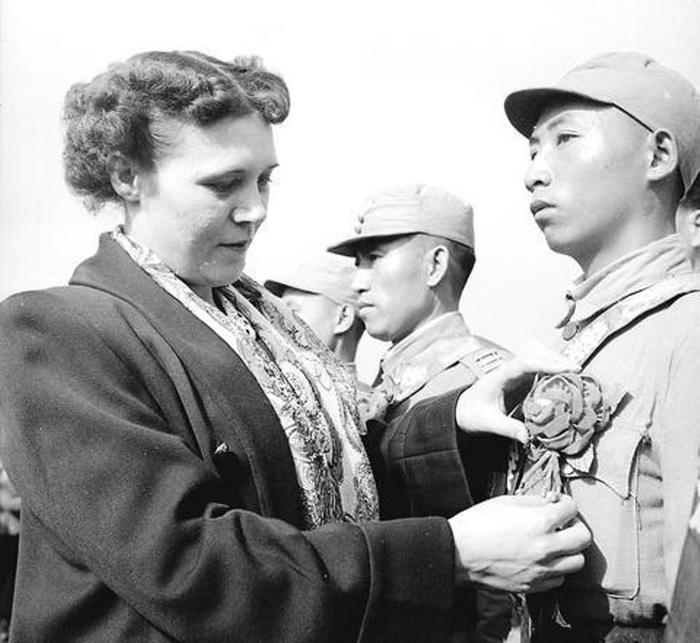 Первая леди Китая Цзян Фанлян (Фаина Вахрева) награждает тайваньских офицеров./Фото: image.jimcdn.com