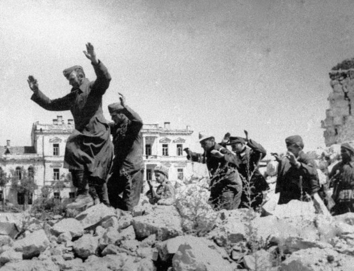 9 мая 1944-го. Немцы сдаются. /Фото: yandex-images.clstorage.net