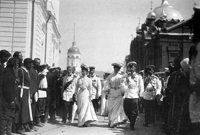 Августейшие паломники проходят через Соборную площадь в Серафимо-Дивеевском монастыре./Фото: static.wixstatic.com