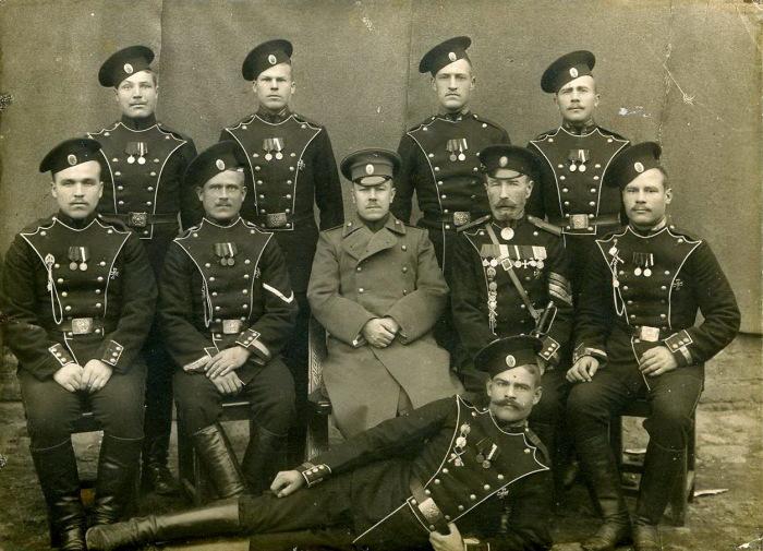 Группа военнослужащих Лейб-Гвардии Егерского полка, после 1913 года. /Фото: pochta-polevaya.ru