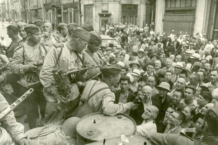 Горожане встречают советскую армию./Фото: img.gazeta.ru