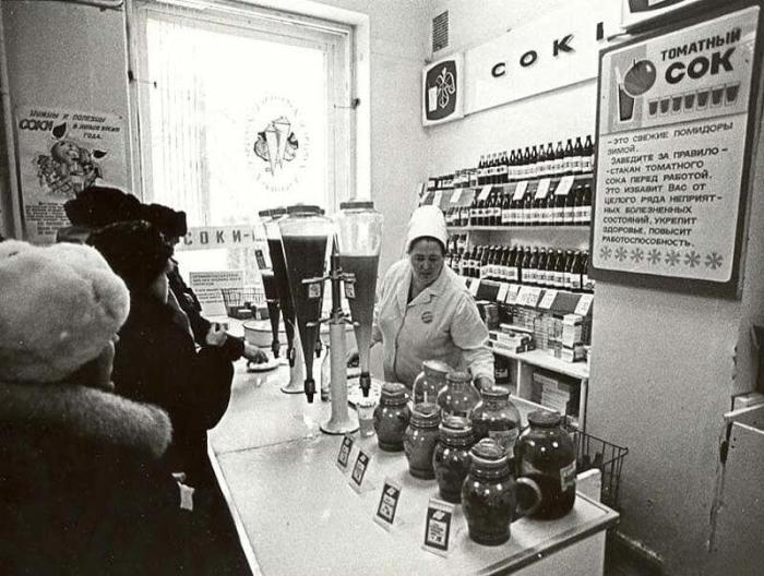 Соки продавали в банках и разливали: можно было взять стаканчик и тут же выпить. /Фото: fresher.ru