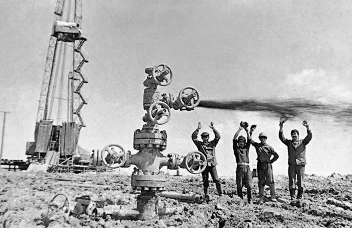 На вырученную валюту от продажи нефти СССР покупал за рубежом оборудование и строил заводы. /Фото: pervoe.online