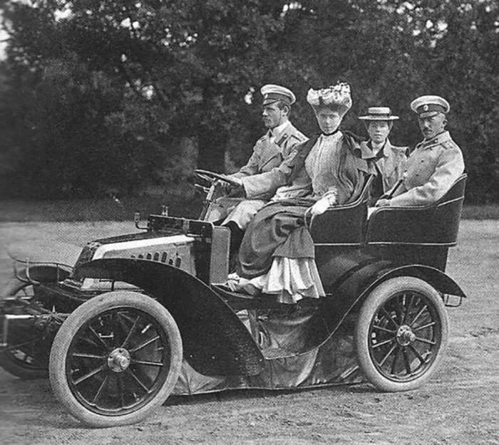 Великий князь Михаил Александрович и Беатриса (на передних сидениях). /Фото: i2.wp.com