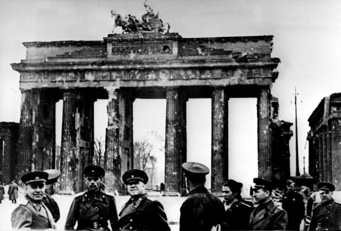 Советские офицеры у Бранденбургских ворот, май 1945 год./Фото: историк.рф