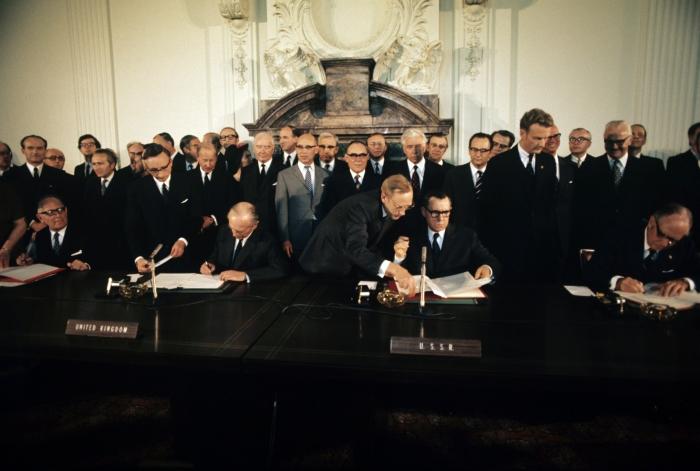 Подписание договора о запрете ядерных испытаний. /Фото: i.pinimg.com